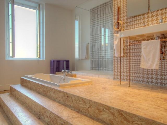 Une baignoire encastrée dans l'estrade