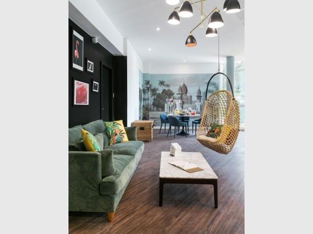 Des fauteuils suspendus agrémentent les espaces