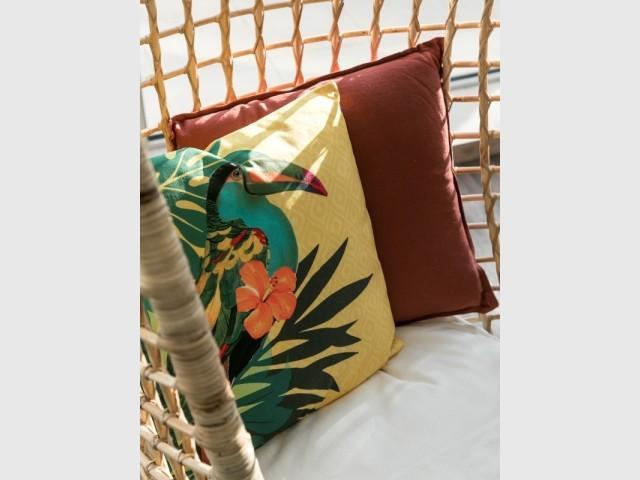 Des coussins représentent des oiseaux
