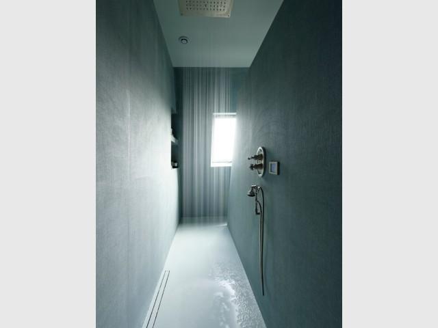 Une douche à l'italienne avec revêtement en résine et tissu
