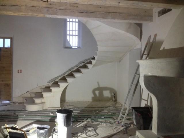 L'escalier comporte plusieurs blocs de pierre