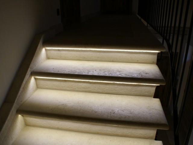 L'escalier ancien a quelques touches plus modernes