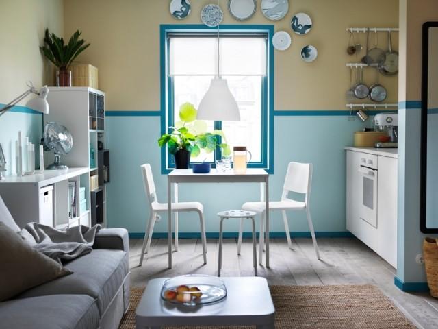 Cuisine blanche et bleue avec petite table extensible Vangsta, 2 chaises Teodores et 1 tabouret