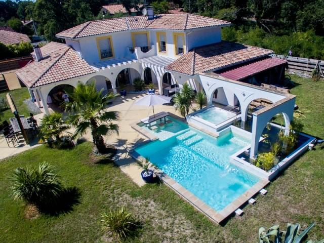 Une piscine et un spa qui viennent se lover dans une maison provençale - Piscine, exemple d'intégration exemplaire