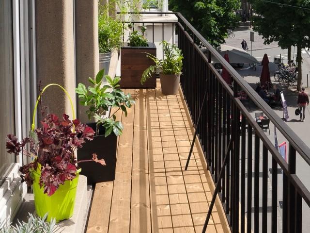 Le balcon est en lames de pin thermochauffé