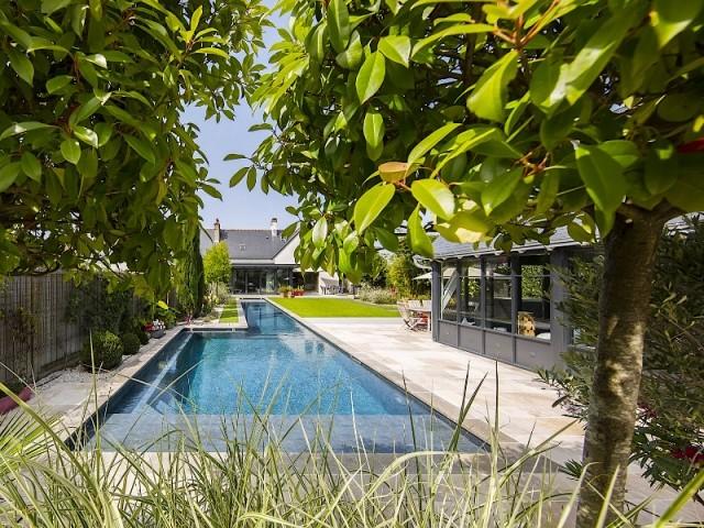 Une piscine de 22 mètres de long dans un jardin privé - Piscine, exemple d'intégration exemplaire
