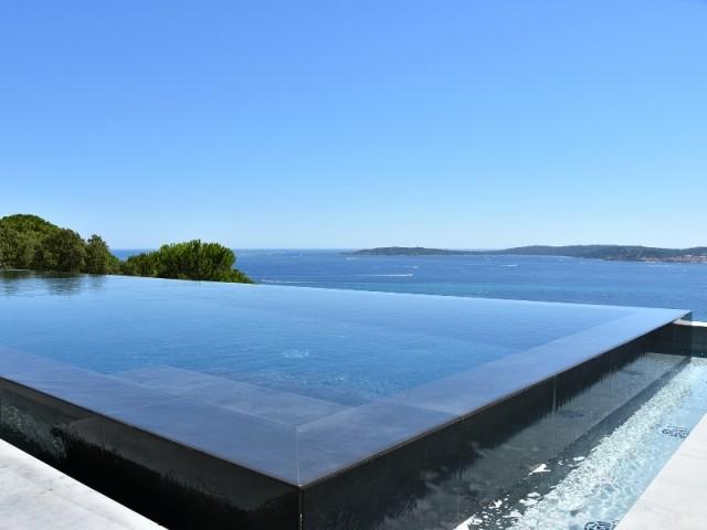 Une piscine à débordement avec vue sur mer - Piscine, exemple d'intégration exemplaire