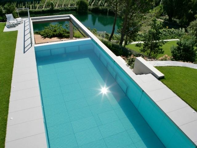 Une piscine construite au-dessus du vide - Piscine, exemple d'intégration exemplaire