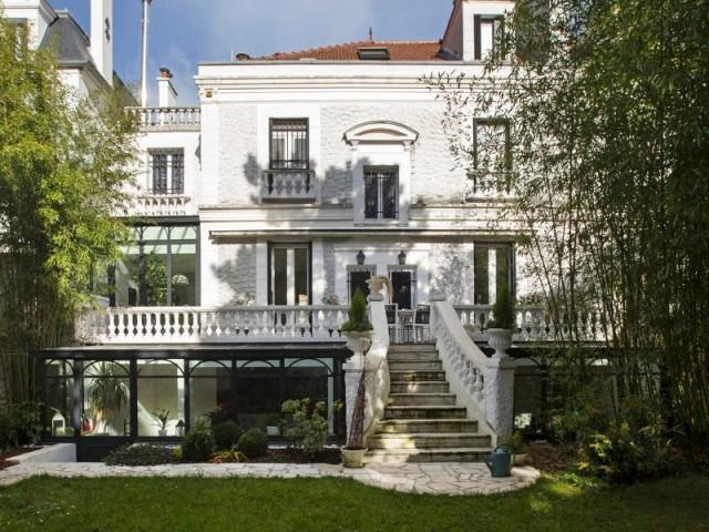 La maison vue du jardin, et ses trois verrières en façade