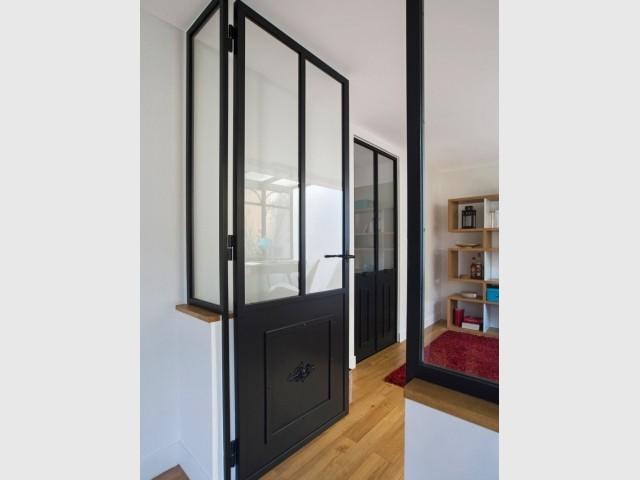 Une double porte ouvre sur la chambre