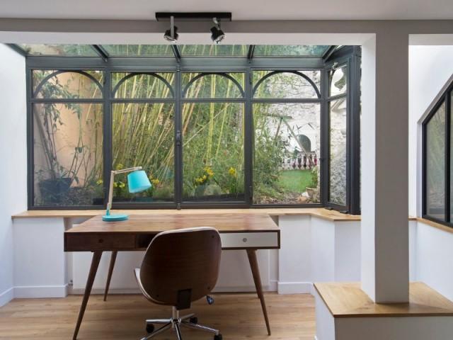 Le bureau profite d'une vue sur le jardin