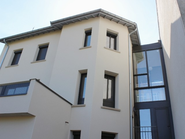 Un nouvel escalier construit dans la faille entre deux maisons - Maison réhabilitée à Lyon