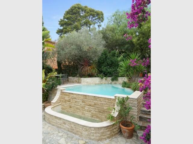 Une piscine tout enveloppée de pierres