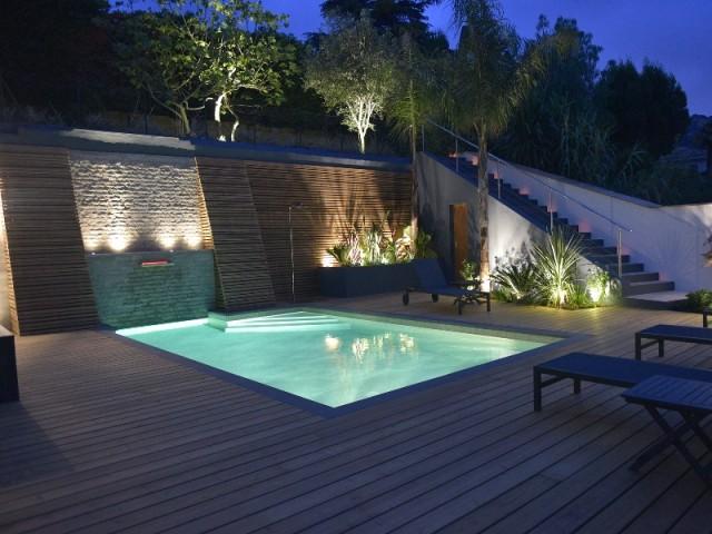 Une piscine qui se fait remarquer la nuit