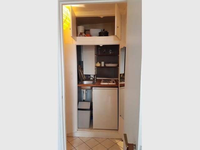 Une cuisine dans un placard