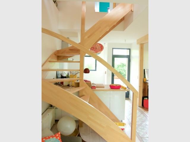 L'escalier en bois a été réalisé sur mesure
