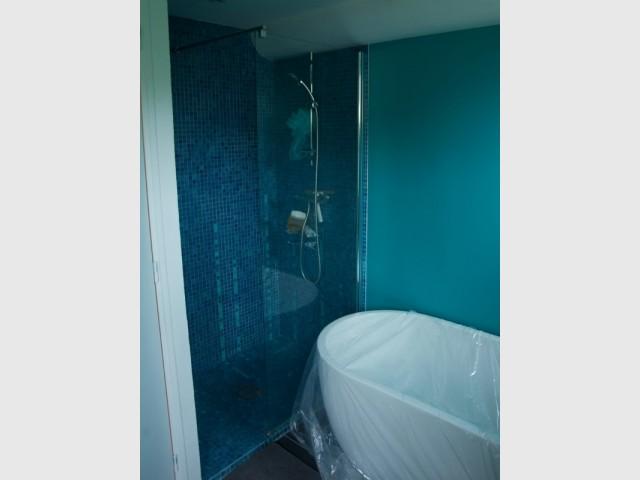La salle de bains joue la carte de la couleur