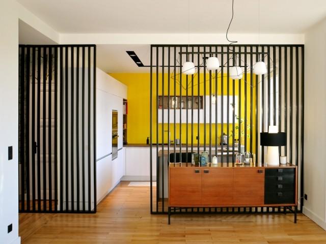 La cuisine se trouve derrière un claustra