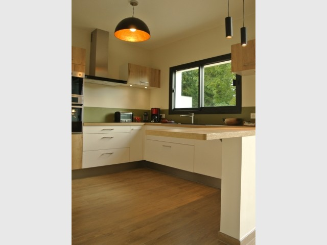 Le sol assure la continuité entre cuisine et salon
