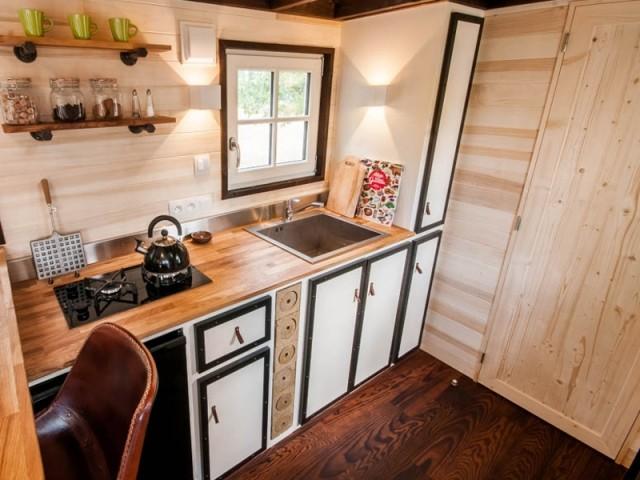 L'intérieur est équipé d'une cuisine complète