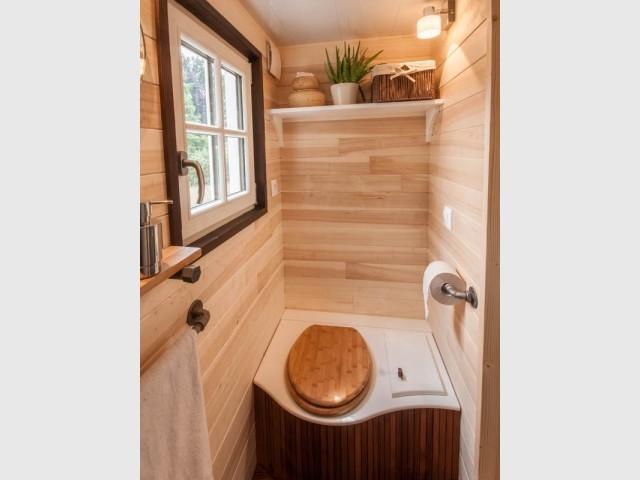 La salle de bains est équipée de toilettes sèches