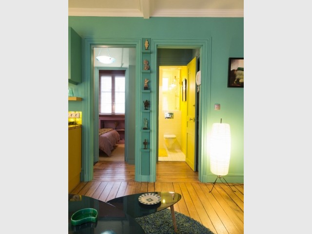 Un salon turquoise et une disposition en étoile