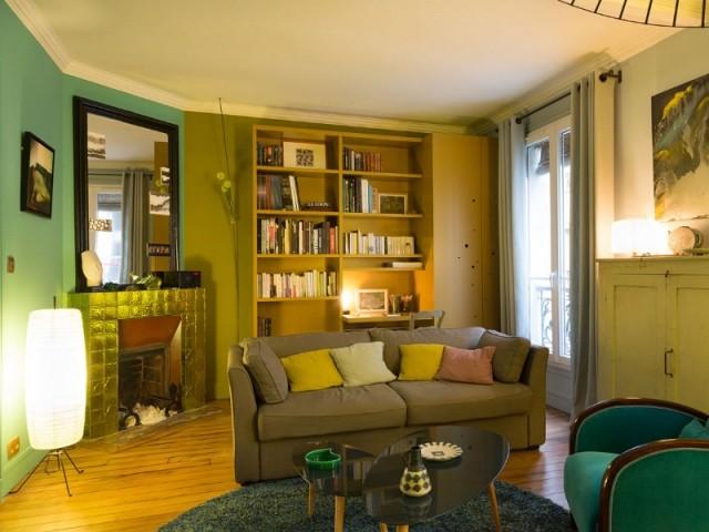 Une bibliothèque sur-mesure et une cheminée dorée