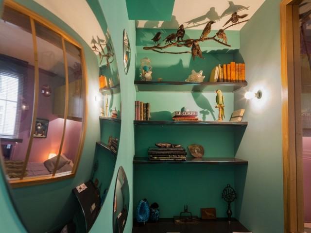 Un bureau et un cabinet de curiosité au bout du couloir turquoise