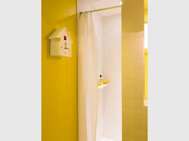 Une salle de bains jaune et blanche ultra dynamique