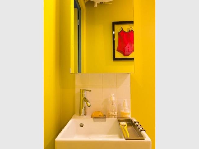Petite vasque et déco originale pour une mini salle de bains