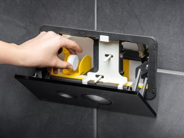 Des WC avec un conduit pour pastilles de nettoyage