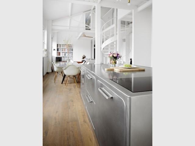 Une cuisine inox et une salle à manger