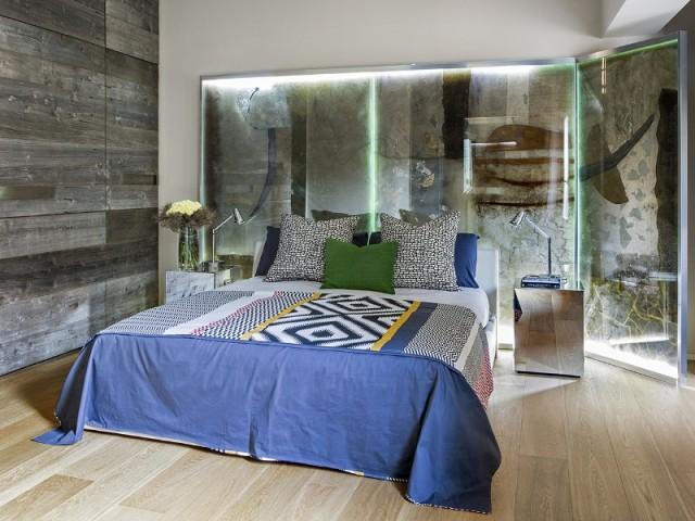 Une tête de lit unique qui abrite une oeuvre d'art