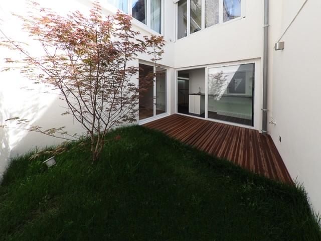 Après : un patio avec pelouse et terrasse