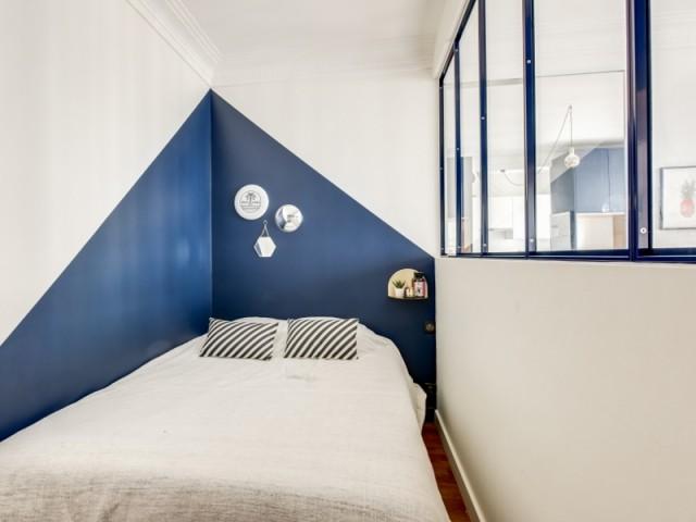 Le bleu de la chambre monte pour agrandir la pièce