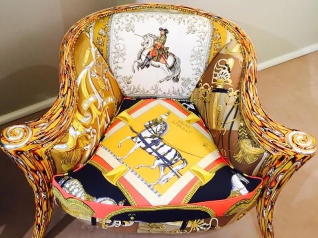 Quatre foulards composent un fauteuil