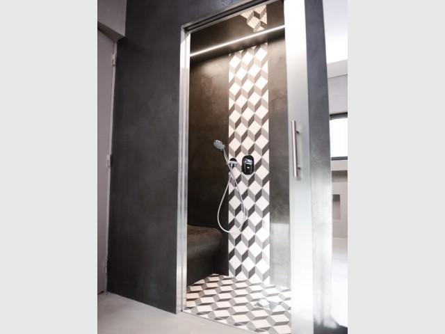 La salle de bains est en noir anthracite