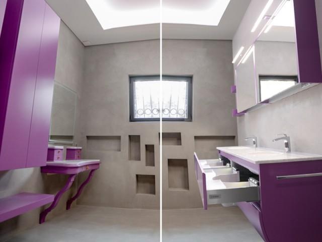 La salle de bain est recouverte de béton ciré