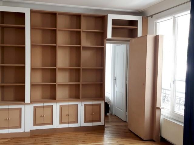 Une porte secrète incluse dans le meuble