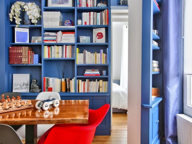 Une porte cachée dans une bibliothèque bleue
