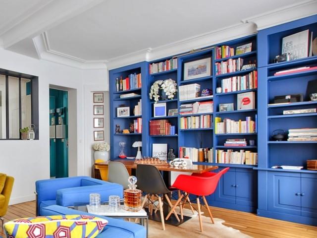 Une grande bibliothèque bleue pour un maximum de rangement