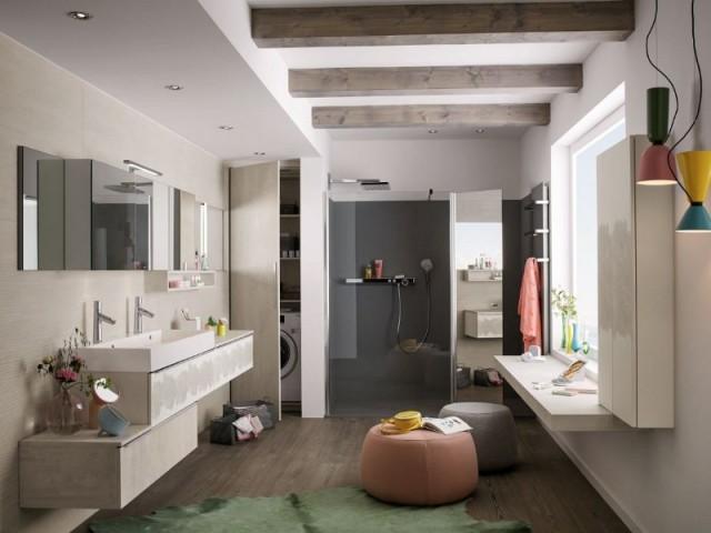 Un placard pour la buanderie dans une grande salle de bains