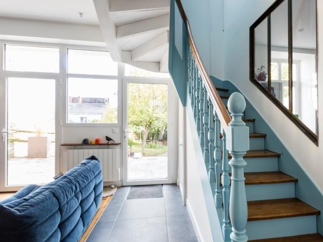 Dans l'escalier aussi le bleu azur est présent