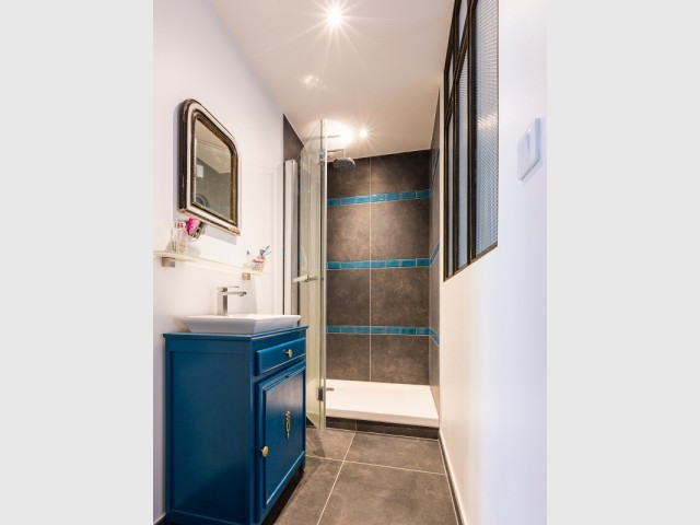 Le bleu s'invite jusque dans la salle de bains
