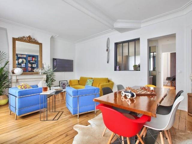 fluidit et lumi re pour un deux pi ces teint de bleu. Black Bedroom Furniture Sets. Home Design Ideas