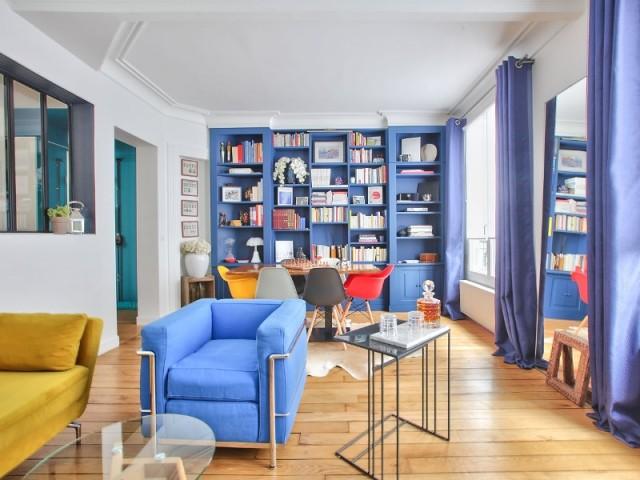 Une bibliothèque bleue sur mesure, star du salon
