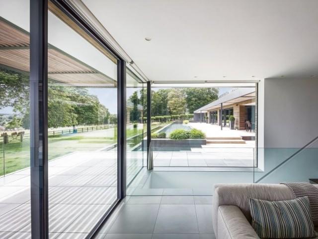 Une cloison vitrée pour relier deux maisons - Ferme anglaise transformée
