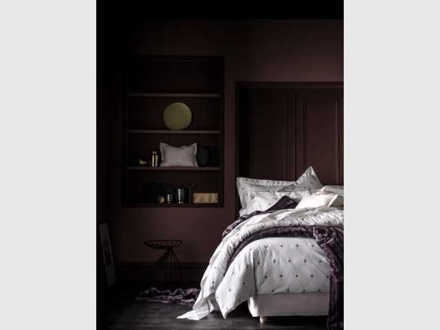 Un lit dans une alcôve en bois