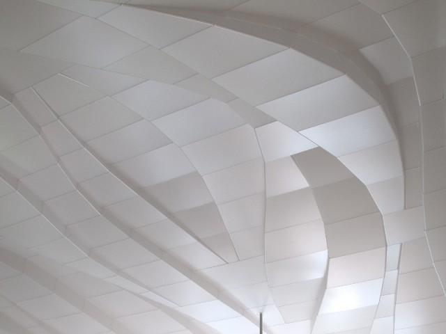 Un plafond en facettes d'acrylique