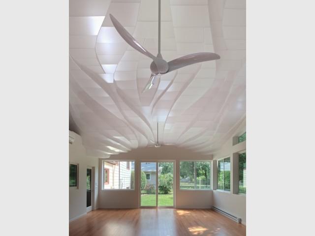 Un plafond qui reflète la lumière naturelle
